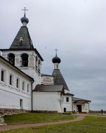 Ferapontovo, Russia: Вид на трапезную и колокольню.