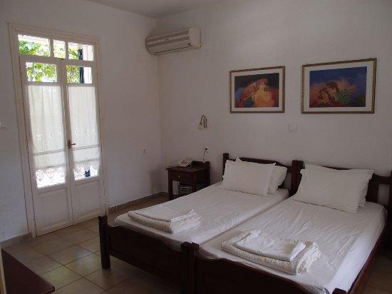 Alkistis Hotel: Kaksion makuuhuone, ovesta käynti takapihan terassille.