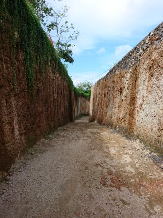 Gunung Payung Beach: dinding batu kapur akses menuju pantai