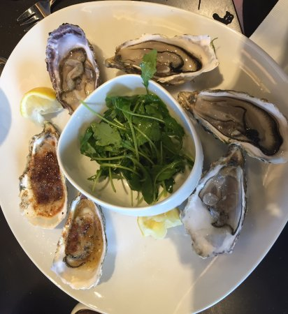 Le Mesnil-Amelot, França: Baked and raw oysters
