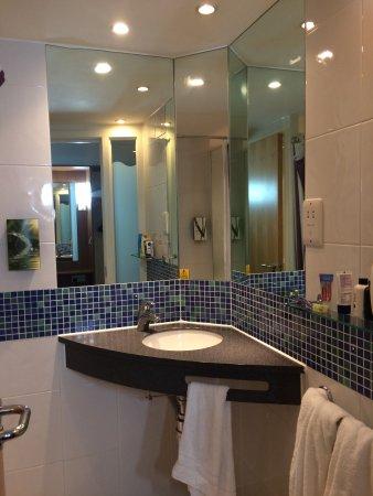 Bamber Bridge, UK: Room 317's funky bathroom