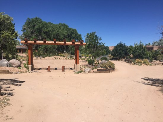 Abiquiu Inn: Grounds of the inn