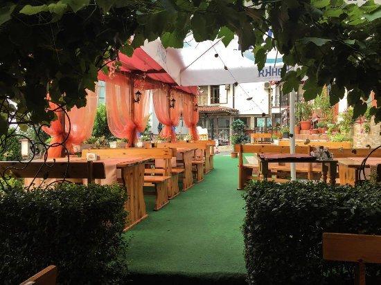 Lozenets, Bulgaria: прохладна зелена градина