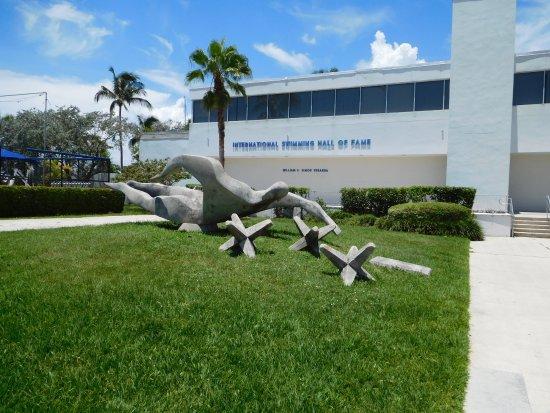 International Swimming Hall of Fame : swimmer outside museum