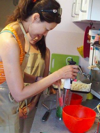 Toscana in Bocca : Making pesto.