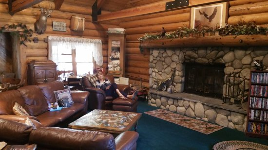 Eagle's Nest Bed and Breakfast Lodge: Magnificent parlor with rock fireplace.