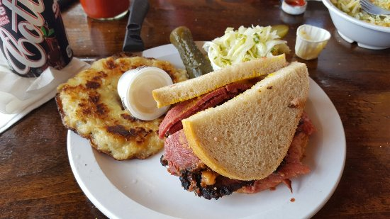 L'Ile-Perrot, Canada: Smoke meat sandwhich and latka