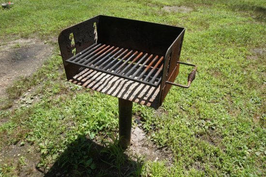 West Creek, นิวเจอร์ซีย์: bare bones cabin rusty grill