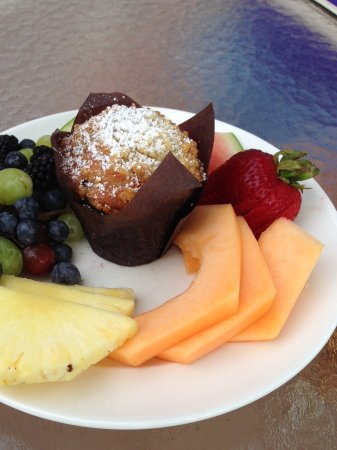 Roanoke, WV: Fresh Fruit and Muffin