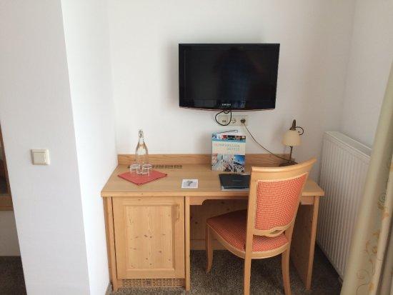 Hotel Diana: Schreibtisch und TV