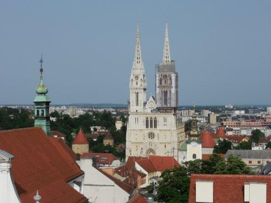 Lotrscak Tower: Вид с башни на кафедральный собор.