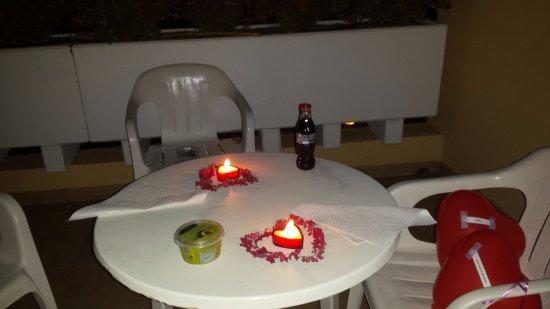 Jardin del Conde: terraza con las tipicas sillas y mesa de plástico. Bien