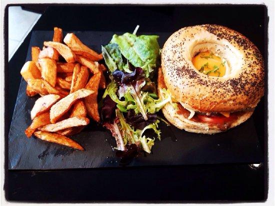 """Vierzon, Francia: Le burger L'intrigue du mois de juillet, le burger """"steak à cheval"""""""