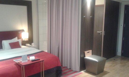 La cabina doccia con parete di cristallo verso la camera da letto ...
