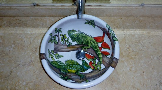 Parrita, Costa Rica: I want this sink! Hand painted ceramic