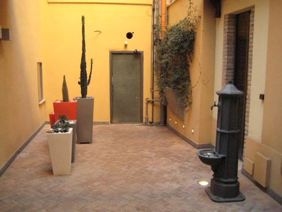 Sunset Roma Guest House & Suite : Small and cozy courtyard with a fountain.