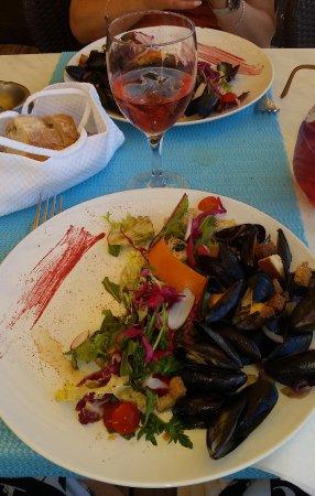 Maubuisson, Fransa: moules poëlées et la petite salade