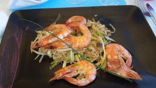 Maubuisson, Fransa: crevettes au Wok sur un lit de légumes sautées