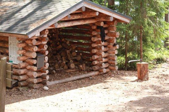 Kouvola, Finlandia: На месте для отдыха уже приготовлены дрова