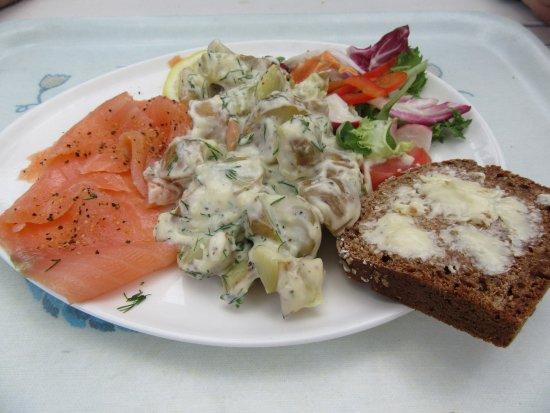 Trosa, Sverige: Mmmm... Gravlax med dillstuvad potatis.