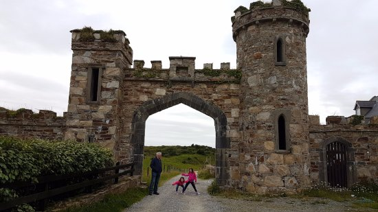 Clifden Castle: Entrance to the Castle - park here and walk in