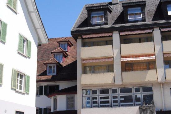 Kuessnacht am Rigi, Switzerland: Les chambres avec balcons , vues du parking tout proche et pratique!!