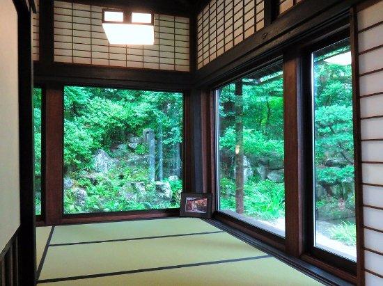 Chousenkaku Kameya: 上段の間から庭を見る