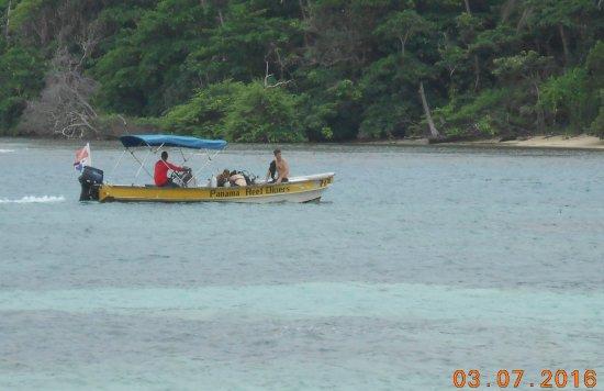 Puerto Lindo, Panama: Jean_Michel sur le bateau de Panama Reef_ Prepa a la plongée.