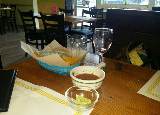 Lakewood, Etat de Washington : Exceeded expectations.  A Mexican restaurant with great food, wine and delivery?!?!