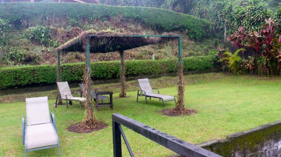 Grecia, Costa Rica: Covered cabana and chairs at pool