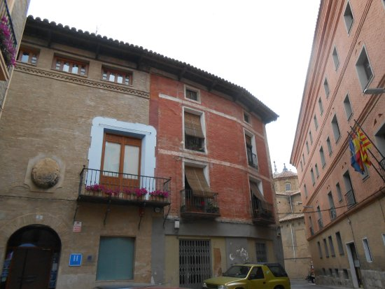 Tarazona, España: Hotel on left, music conservatory to the right.