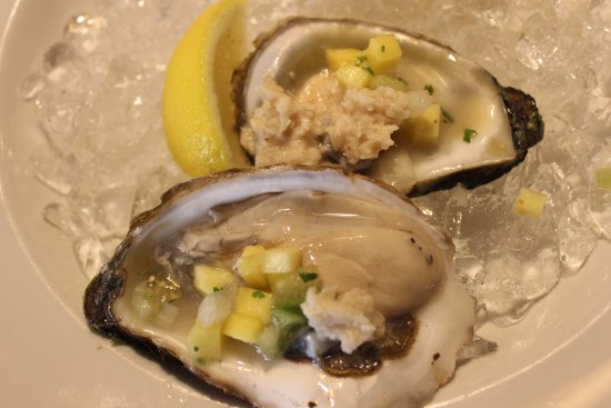 Порт-Хоуп, Канада: PEI oysters at happy hour