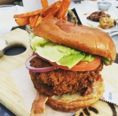 Surrey, Kanada: Potato & Bacon Soup, Buttermilk Fried Chicken Sandwich, BBQ Pork Back Ribs, & Bourbon Peach Crum