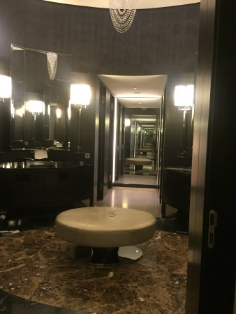 Hyatt Regency Dusseldorf: Lobby bathroom
