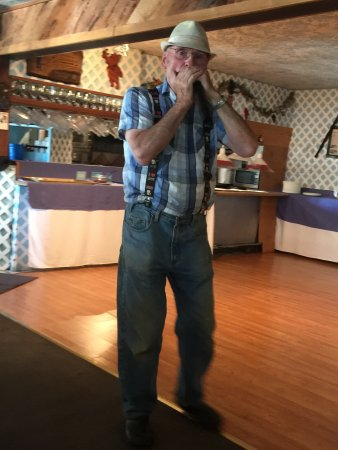 Ophir, OR: The place is incredible. The man who makes the food also entertains with his harmonica and jokes