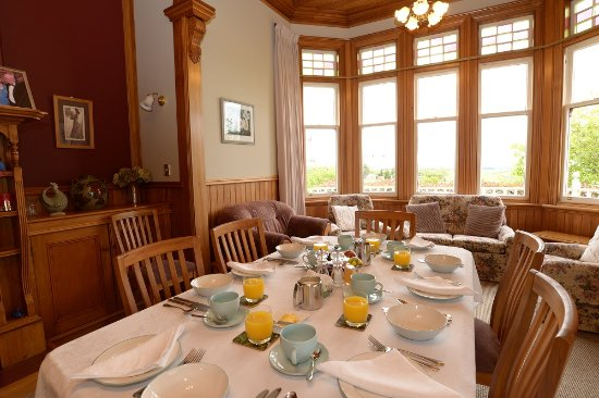 Villa Heights Bed and Breakfast: Set for breakfast