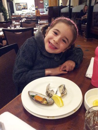 Glenelg, Austrália: Oysters were so fresh, daughter had to go for 2 more even though she'd already had a plate of th