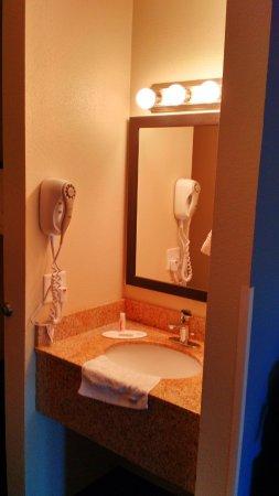 Days Inn & Suites East Flagstaff: Sink
