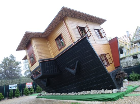 ‪Upside Down House (Dom Do Gory Nogami)‬