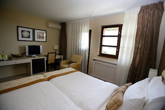 Nitra, Eslovaquia: Room with king size bed