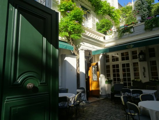 Hotel Duc de Saint Simon: 解り難い入り口はここです。奥の扉が建物の入り口。迷わすフロントです。