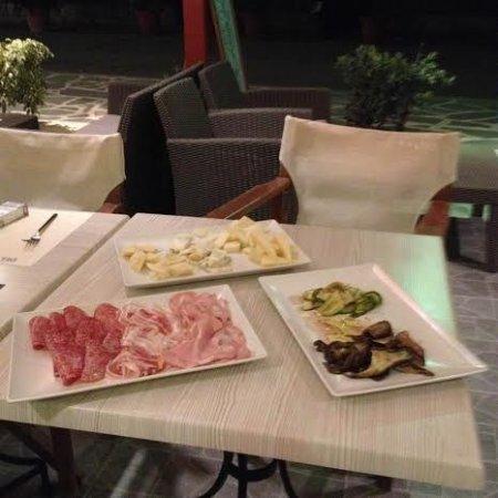 Agios Prokopios, Grecia: Selezione di salumi e formaggi italiani