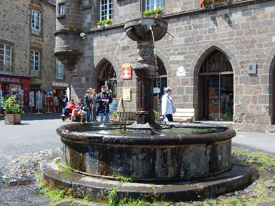 Office du tourisme de salers en arri re plan avec la fontaine du c ur de village photo de - Office du tourisme salers ...