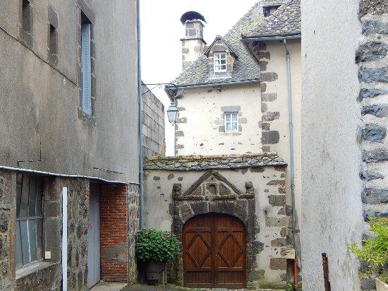 Porte d\'entrée d\'une maison de Salers - Photo de Office de Tourisme ...