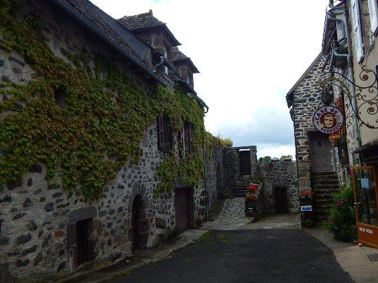 Ruelle du village de salers photo de office de tourisme de salers salers tripadvisor - Office du tourisme salers ...