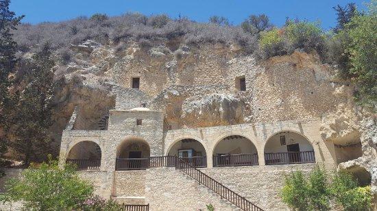 Monasterio de Ayios Neophytos: View up to the caves