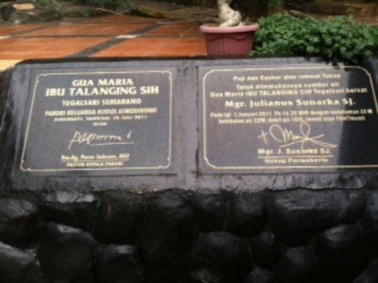 Semarang, إندونيسيا: Tanda peresmian Gua Maria Talanging Sih