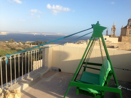 Ghajnsielem, Malta: The swing up on the roof!