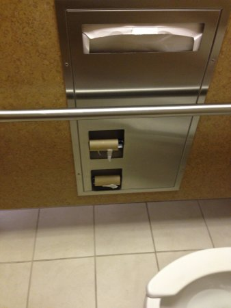 Jeffersontown, Кентукки: Lobby restroom - no toilet paper in men's handicapped facility