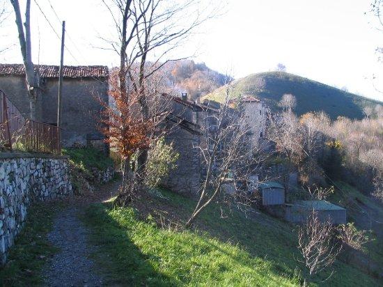 Carenno, Italie : La strada che porta dalla Forcella al paesino